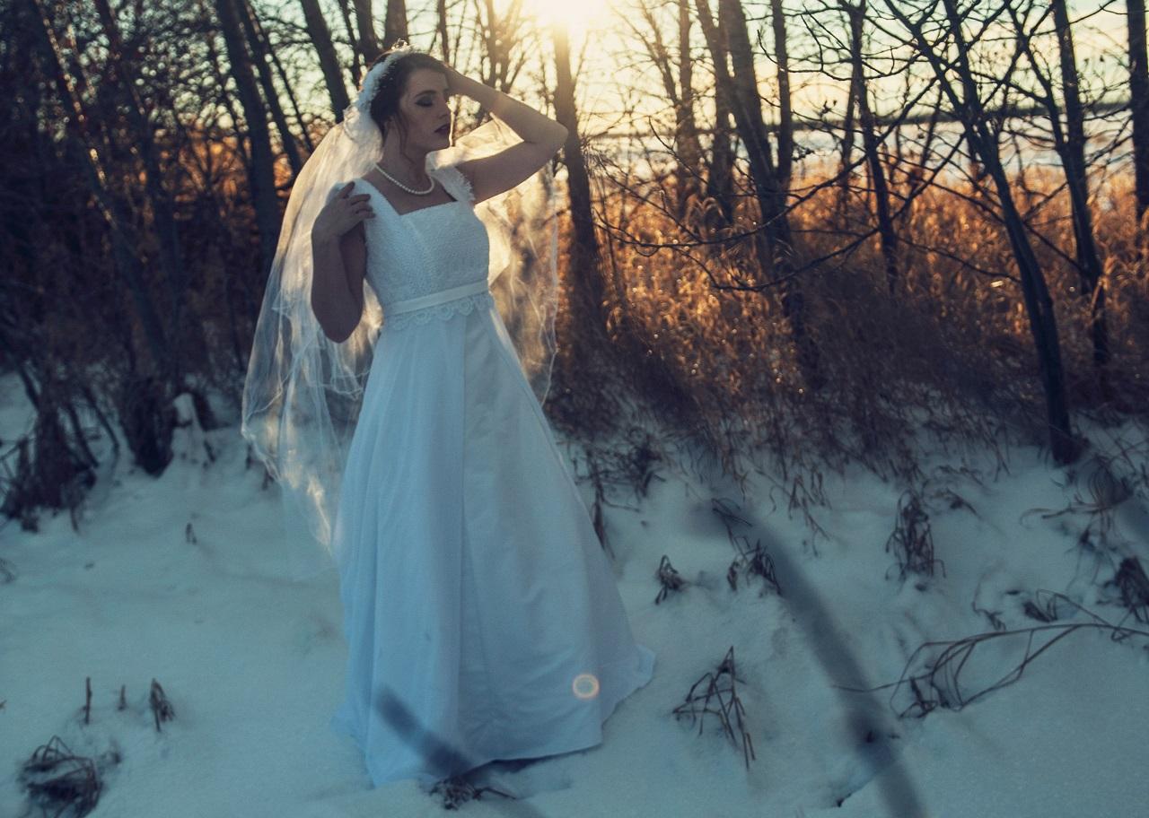 """Podľa štatistík sa najviac svadieb odohrá v júni a v septembri. A čo napríklad svadba v zime? Aj tento model má svoje dôvody za. Navyše, zimná oslava je aj originálna. Ľudia sú k dispozícii. Skrátka, nikto nemá dovolenku a nie je vycestovaný pri mori – ako sa to často stáva napríklad v júli a v auguste. Veľká šanca, že sa rodiny zídu v kompletnom zložení. V zime sa sobášime najmenej. Počasie. Ak si dobre naplánujete dátum a lokalitu, môžete sa dočkať čarovnej zimy, čiže čistých záľah snehu, inovate a cencúľov, priezračného vzduchu a pár hodín zimného slnka. Rozhodne to môže mať svoju atmosféru – ak sa teplo oblečiete. Jednoducho romantika. Voľné zariadenia. Penzióny a sály, ktoré sa zameriavajú na svadby, sú v zime menej vyťažené a je väčšia šanca dostať sa pohodlne do ich kalendáru. Voľné služby. To isté platí pre ostatné služby – cateringové firmy, fotografi, pôžičovne áut - v zime sa všetko ľahšie najíma a môžu mať aj nižšie ceny.Chlad sa dá obísť. Dnes sa dá ľahko postaviť aj vyhrievaný stan vonku (napríklad pre potreby obradu alebo pre hostí, ktorí sa prišli len pozrieť). Biela svadba. Ak máte radi """"štylizované"""" svadby (to je jest s určitou spoločnou témou), zima môže byť výborný zdroj inšpirácie ako zladiť kvety, torty, šaty družičiek, hory v pozadí, aj fotograf sa dokáže s témou krásne pohrať. Červené ruže na bielej krásne svietia... Predsa len, tento sviatok by mal byť len raz za život na vlastnej koži, a párkrát u najbližších príbuzných. Ťažšie jedlá. Na svadbe sa nešetrí, na svadbe sa pokúsite hostí prepchať až do maxima. V zime je dôvod na jedenie výživnejších jedál (napríklad niektoré mäsové výmysly môžete jednoducho servírovať aj vonku), viac sa všetci potešia za ovocie s vitamínmi, čaje a paštéty dávajú väčší zmysel ako v lete. Celkovo je zimná gastronómia odlišná od toho, čo servíruje v teplejších dňoch. Medové týždne v trópoch. Nuž a nakoniec – ak šetríte na veľký výlet, oveľa väčší zmysel dáva medová dovolenka na juhu v zime ako keď je aj doma 30 st"""